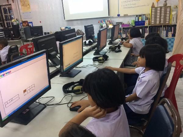 นักเรียนโรงเรียนวัดโพธิ์ลังกามิตรภาพที่  171  เรียนคอมพิวเตอร์